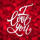 Jag älskar dig handskriven borstepennbokstäver på röda hjärtor bakgrund, valentins dag Royaltyfri Bild