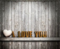 Jag älskar dig valentindagen Text och hjärtasten på träbakgrund Arkivbilder