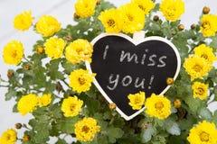 Jag missa dig! - bukett av blommor med ett hjärtameddelandekort Fotografering för Bildbyråer