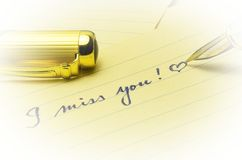 Jag missa dig meddelandet som är skriftligt vid handen med förälskelse Arkivbilder