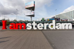 Jag är det Amsterdam tecknet på arrivaldepartureingången av Schiphol den internationella flygplatsen Royaltyfri Fotografi