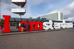 Jag är det Amsterdam tecknet på arrivaldepartureingången av Schiphol den internationella flygplatsen Arkivfoto