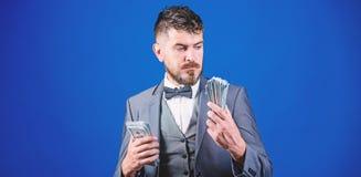 Jag tror i sedlar Sk?ggig man som rymmer kassapengar Rik aff?rsman med oss dollarsedlar Valutam?klare med royaltyfri foto