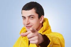 Jag väljer eller väljer dig! Godan som ser den unga stilfulla mannen med mörka punkter för kort hår med det främre fingret, välje Royaltyfria Foton