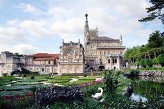 Jaga den kungliga slotten i skogen Bussaco, Portugal Arkivfoton