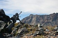Jaga geväret med en teleskopisk sikt, en bipod, medan jaga Royaltyfri Fotografi