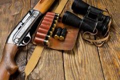 Jaga geväret och ammunitionar ligger på träbakgrund kopiera avstånd arkivbilder