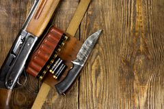 Jaga geväret och ammunitionar ligger på träbakgrund kopiera avstånd fotografering för bildbyråer