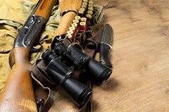 Jaga geväret och ammunitionar ligger på träbakgrund kopiera avstånd royaltyfri foto
