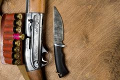 Jaga geväret och ammunitionar ligger på träbakgrund kopiera avstånd arkivfoton