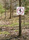 jaga inget skogsbevuxet inställningstecken Fotografering för Bildbyråer