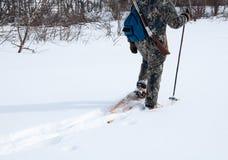 Jaga med snöskor på en lugna dag Royaltyfri Foto