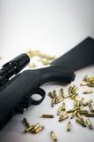 Jagd-Gewehr mit Kugeln Stockfoto