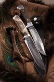 Jagd knives auf dunklem Hintergrund - gruppieren Sie Gegenstände Stockfotos