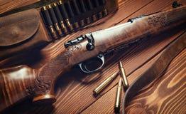 Jagdausrüstung auf altem hölzernem Hintergrund Stockfotos