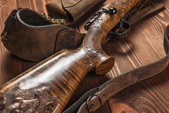 Jagdausrüstung auf altem hölzernem Hintergrund Lizenzfreies Stockfoto