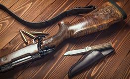 Jagdausrüstung mit Messer auf altem hölzernem Hintergrund Stockfotografie