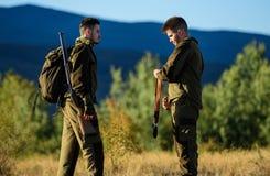 Jagdfähigkeiten und Waffenausrüstung Wie Drehungsjagd in Hobby Freundschaft von Mannjägern Armeekräfte tarnung stockbild