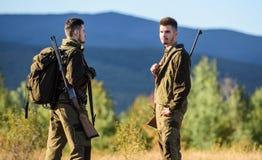 Jagdfähigkeiten und Waffenausrüstung Wie Drehungsjagd in Hobby Freundschaft von Mannjägern Armeekräfte tarnung stockfoto