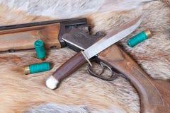 Jagdgewehr und -messer Stockfoto