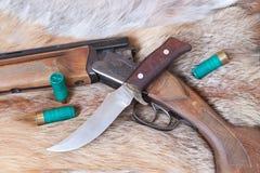 Jagdgewehr und -messer Stockfotos
