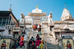 Jagdish świątynia i Indiańscy ludzie w Udaipur, India obrazy royalty free