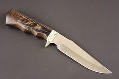 Jagdmesser auf grauem Stein Stockfoto