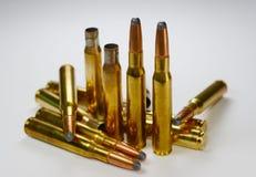 Jagdmunition und leere Gewehrkugelpatronen auf whitye Stockfoto