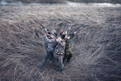 Jagdsaison am eisigen Morgen auf dem ländlichen Gebiet mit Jagdzelt Stockfotografie