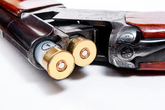 Jagdschrotflinte und -munition auf weißem Hintergrund Lizenzfreies Stockbild