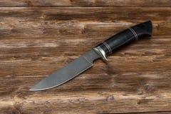 Jagdstahlmesser handgemacht auf einem hölzernen Hintergrund, Nahaufnahme lizenzfreie stockfotografie