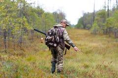 Jager in camouflage bij de herfst de jacht stock foto