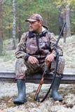 Jager in camouflage tijdens de rest royalty-vrije stock afbeelding