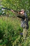 Jager die duiven streeft stock afbeeldingen