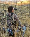 Jager die herten met verrekijkers zoekt Stock Foto's