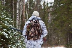 Jager die in het de winterbos lopen royalty-vrije stock afbeeldingen