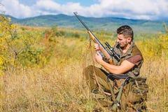 Jager die met geweer dier zoeken De jachthobby en vrije tijd Mens het laden de jachtgeweer Het concept van het de jachtmateriaal royalty-vrije stock afbeeldingen