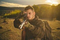 Jager die met Krachtig Geweer met Werkingsgebied Dieren bevlekken Hunter Classic Jager met jachtgeweerkanon op jacht Jagersmens stock fotografie