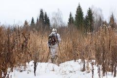 Jager die op het de wintergebied lopen royalty-vrije stock afbeeldingen