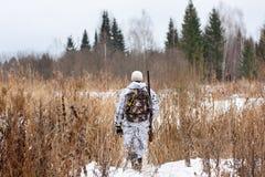 Jager die op het sneeuwgebied lopen royalty-vrije stock foto