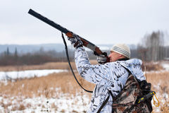 Jager die op het sneeuwgebied schieten stock fotografie