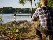 Jager en puppy royalty-vrije stock afbeelding
