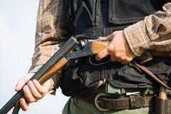 Jager klaar om met de jachtgeweer te jagen Stock Afbeelding