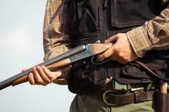 Jager klaar om met de jachtgeweer te jagen Stock Afbeeldingen