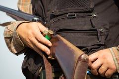 Jager klaar om met de jachtgeweer te jagen Royalty-vrije Stock Foto