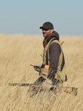 Jager in lang gras stock afbeeldingen