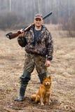 Jager met een hond stock afbeelding