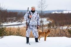 Jager met hond in de winter Royalty-vrije Stock Foto's