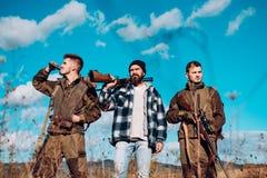 Jager met jachtgeweerkanon op jacht De jacht in Amerika De jacht zonder grenzen stock foto's