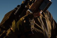 Jager met jachtgeweerkanon op jacht De jachtmateriaal voor verkoop royalty-vrije stock foto's